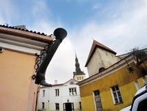 Alte Häuser auf den alten Stadtstraßen tallinn Estland stockfotos