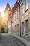 Alte Häuser auf den alten Stadtstraßen tallinn Estland stockfotografie