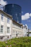 Alte Häuser auf den alten Stadtstraßen und der neue moderne Bereich auf einem Hintergrund Tallinn, Estland Lizenzfreies Stockfoto