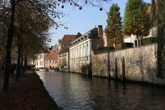 Alte Häuser auf den Banken des Kanals Lizenzfreies Stockbild