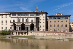 Alte Häuser auf der Arno-Fluss-Damm Stockfoto