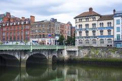 Alte Häuser auf einem Kaifluß in der historischen Mitte von Dublin stockfoto