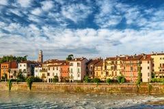 Alte Häuser auf Ufergegend des die Etsch-Flusses, Verona, Italien Lizenzfreies Stockbild