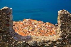 Alte Häuser Cefalu durch die Wand der Bastion Stockbild