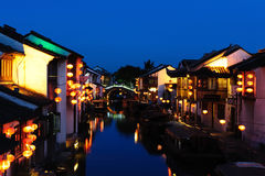 Alte Häuser Chinas, die gehangene Laternen waren, fanden durch Flussufer Lizenzfreie Stockfotos