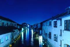 Alte Häuser Chinas gelegen durch Flussufer Lizenzfreie Stockbilder