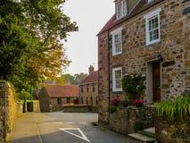 Alte Häuser in der Guernsey-Insel Stockfotografie