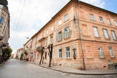 Alte Häuser des roten Backsteins in der Mitte der Stadt Lizenzfreies Stockbild