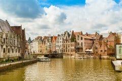 Alte Häuser entlang Kanal und Boot in Gent, Belgien Stockfoto
