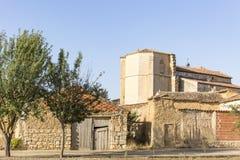 Alte Häuser gemacht vom Lehm und von der Kirche in Dorf Castrillo Mota de Judios, Burgos, Spanien Stockfoto