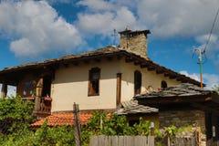 Alte Häuser im historischen kulturellen Reservedorf von Dolen, Bulgarien Stockfotografie