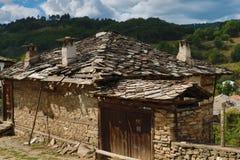 Alte Häuser im historischen kulturellen Reservedorf von Dolen, Bulgarien Stockbilder