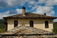 Alte Häuser im historischen kulturellen Reservedorf von Dolen, Bulgarien Lizenzfreie Stockfotos