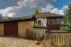 Alte Häuser im historischen kulturellen Reservedorf von Dolen, Bulgarien Lizenzfreies Stockfoto