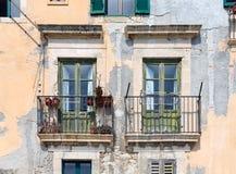 Alte Häuser mit Balkon in Syrakus, Sizilien Lizenzfreie Stockbilder