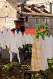 Alte Häuser mit Wäscheleinen des Wäschereitrockners Stockfotos