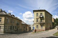 Alte Häuser und alte Straße der Stadt von Lemberg Stockbilder