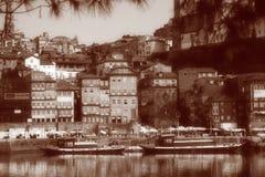 Alte Häuser und Boote Portugals Porto Ribeira auf Sepia Stockfoto