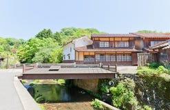 Alte Häuser und Brücke von Omori, Japan Lange Belichtung Lizenzfreie Stockfotos