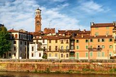 Alte Häuser und das Torre-dei Lamberti ragen in Verona, Italien hoch Stockfotos