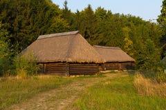 Alte Häuser und Mühle am Museum von Pirogovo Lizenzfreies Stockfoto
