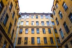 Alte Häuser und schmale Höfe schlossen Stadt von St Petersburg und zogen Wänden und Fenstern von Häusern ab Lizenzfreie Stockfotografie