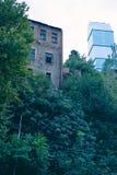 Alte Häuser und viele Bäume in Tiflis, Georgia alte Stadtstadt Lizenzfreie Stockfotos
