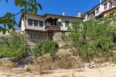 Alte Häuser von den 19. Jahrhundert und Sandpyramiden in der Stadt von Melnik, Bulgarien Stockfotografie