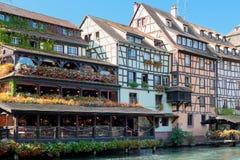 Alte Häuser von Straßburg mit Blumen Stockfotos