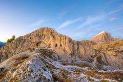 Alte Höhlenhäuser in den Bergen auf dem Passo Falzarego in t Lizenzfreie Stockfotografie
