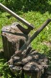 Alte hölzerne Äxte auf hölzernem Klotz Stockbild