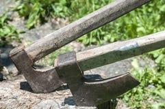 Alte hölzerne Äxte auf hölzernem Klotz Lizenzfreies Stockbild