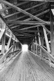 Alte hölzerne abgedeckte Brücke Lizenzfreies Stockbild