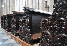 Alte hölzerne Bänke in einer Kirche Lizenzfreies Stockfoto