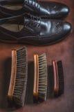 Alte hölzerne Bürsten mit Schuhen Stockbilder