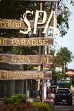Alte hölzerne Badekurortanzeige auf einer Straße Stockbilder