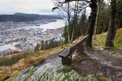 Hölzerne Bank und Ansicht des Bergens von oben, Norwegen Stockfoto