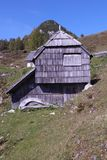 Alte hölzerne Berghütte Lizenzfreies Stockfoto
