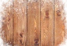 Alte hölzerne Beschaffenheit mit Schnee Stockfotos
