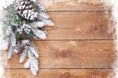 Alte hölzerne Beschaffenheit mit Schnee und Tannenbaum Stockfotos