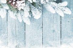 Alte hölzerne Beschaffenheit mit Schnee und Tannenbaum Lizenzfreies Stockbild
