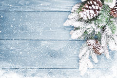Alte hölzerne Beschaffenheit mit Schnee und Tannenbaum Stockfoto