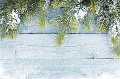 Alte hölzerne Beschaffenheit mit Schnee und Tannenbaum Lizenzfreie Stockfotografie
