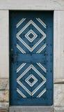 Alte hölzerne blaue Tür mit Verzierung Lizenzfreies Stockbild