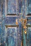 Alte hölzerne blaue Tür mit Vorhängeschlössern Lizenzfreie Stockfotografie