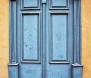 Alte hölzerne blaue Türen, Weinlesearchitekturelement Stockbild