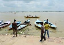 Alte hölzerne Boote auf der Bank vom Ganges Lizenzfreie Stockfotografie