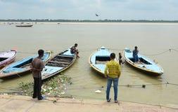 Alte hölzerne Boote auf der Bank vom Ganges Lizenzfreies Stockfoto