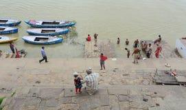 Alte hölzerne Boote auf der Bank vom Ganges Lizenzfreies Stockbild