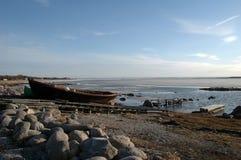 Alte hölzerne Boote auf felsiger Küste Lizenzfreies Stockbild